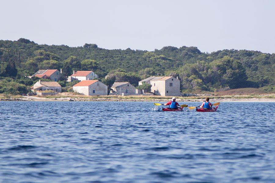 sea kayaking on škarda