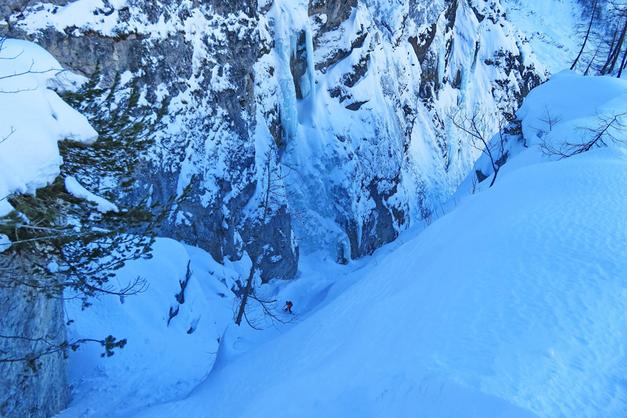 zleb_hude_police_exit_couloir